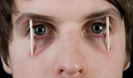 Pessoa-com-palitinhos-nos-olhos (1)
